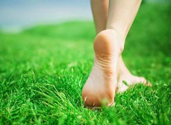 13 lợi ích sức khỏe khi bạn đi chân đất nhiều hơn - Ảnh 2.