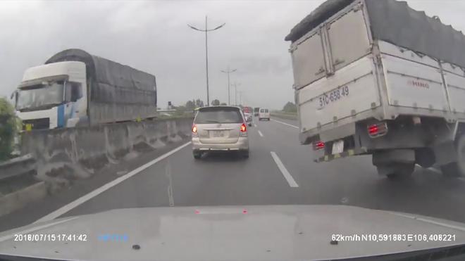 Những sai lầm của tài xế khiến lốp ô tô bị nổ khi đi trên cao tốc - Ảnh 1.