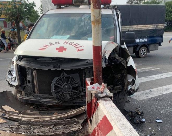 Xe máy va chạm xe cứu thương, 2 người nguy kịch - Ảnh 1.