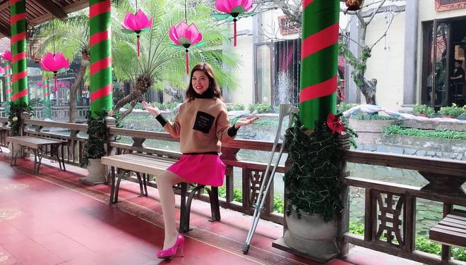 Cô gái mất 1 chân xuất hiện trên phố đi bộ Hà Nội gây xôn xao: Sau 4 ngày tỉnh lại đã thành người khác - Ảnh 1.