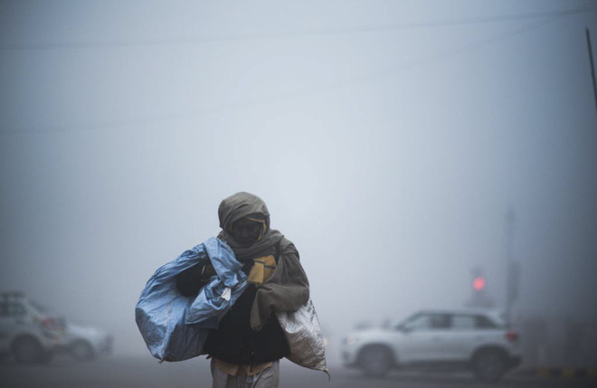 24h qua ảnh: Người đàn ông chở đầy vàng mã trên đường phố ở Việt Nam - Ảnh 3.