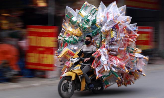 24h qua ảnh: Người đàn ông chở đầy vàng mã trên đường phố ở Việt Nam - Ảnh 2.