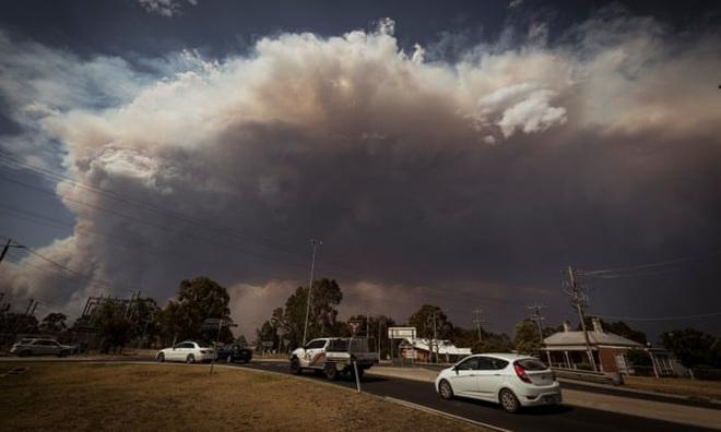Thảm họa ở Australia: Vòi rồng lửa kinh hoàng nhấc bổng xe cứu hỏa 12 tấn, hóa ngày thành đêm - Ảnh 2.