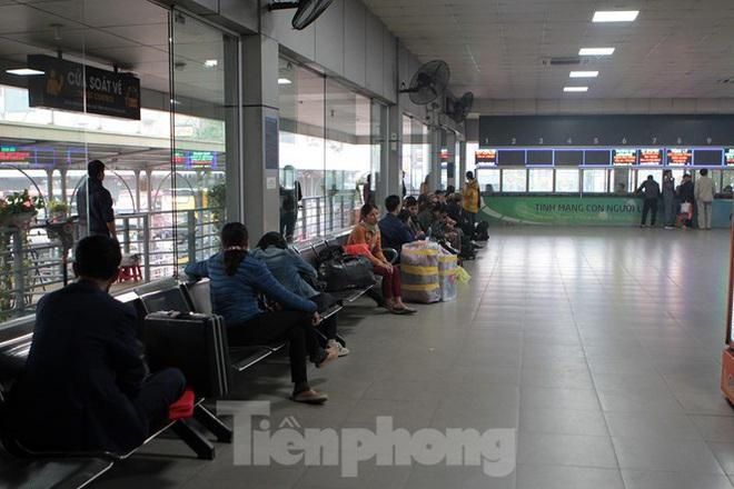 Bến xe ế khách, cửa ngõ Hà Nội thông thoáng chiều cuối năm - Ảnh 3.