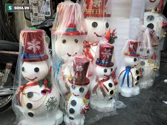 """Tất bật """"nặn"""" người tuyết dịp Noel, người dân phố cổ thu chục triệu mỗi ngày - Ảnh 2."""