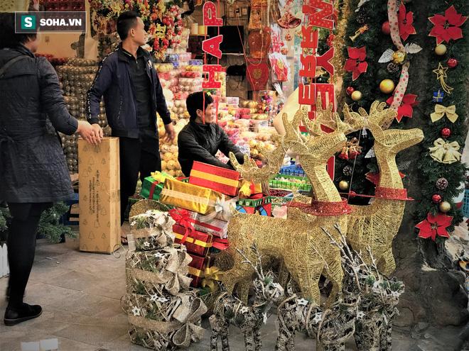 """Tất bật """"nặn"""" người tuyết dịp Noel, người dân phố cổ thu chục triệu mỗi ngày - Ảnh 14."""