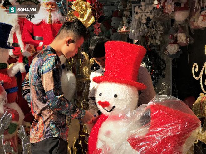 """Tất bật """"nặn"""" người tuyết dịp Noel, người dân phố cổ thu chục triệu mỗi ngày - Ảnh 5."""