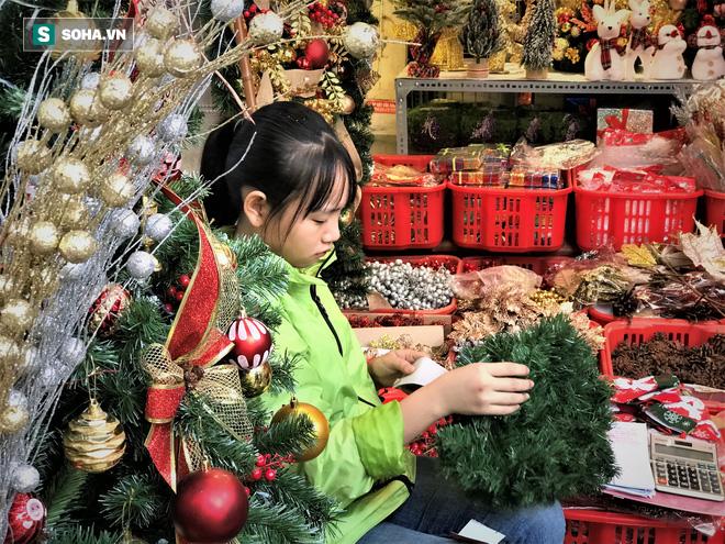 """Tất bật """"nặn"""" người tuyết dịp Noel, người dân phố cổ thu chục triệu mỗi ngày - Ảnh 15."""