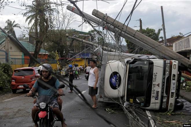 24h qua ảnh: Đường phố ngổn ngang sau siêu bão ở Philippines - Ảnh 2.