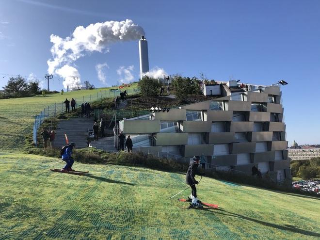 Nhà máy đốt rác ở Đan Mạch xịn tới mức cho dân địa phương trèo lên nóc để trượt tuyết, leo núi, vui chơi - Ảnh 7.