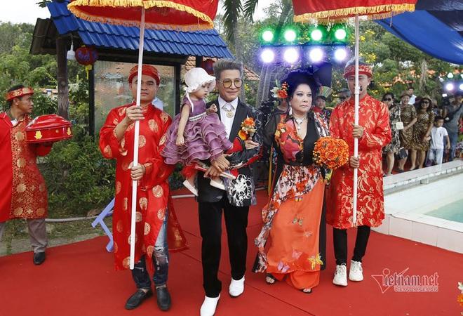 Thúy Nga diện áo dài 5m trong đám cưới lần thứ 10 với Thanh Bạch - Ảnh 1.