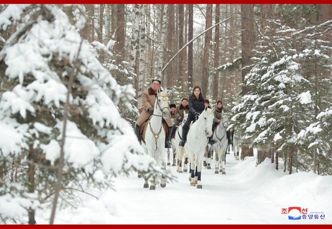 Chủ tịch Kim Jong Un và phu nhân cưỡi bạch mã đạp trên tuyết trắng, KCNA ca ngợi: Lưu lại dấu chân thiêng liêng - Ảnh 2.