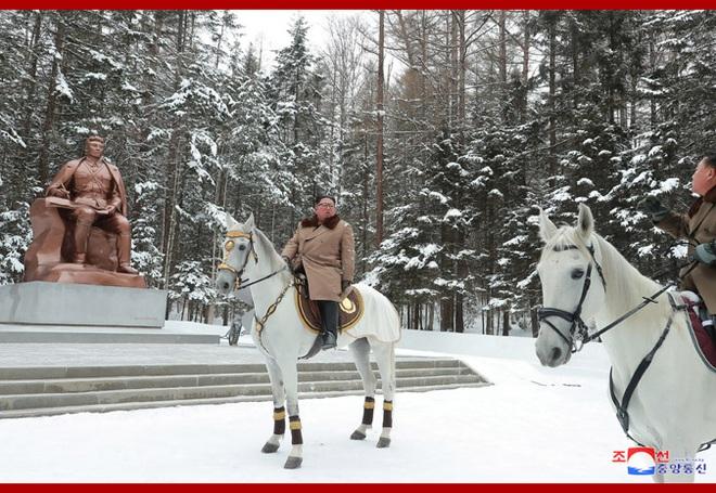 Chủ tịch Kim Jong Un và phu nhân cưỡi bạch mã đạp trên tuyết trắng, KCNA ca ngợi: Lưu lại dấu chân thiêng liêng - Ảnh 5.