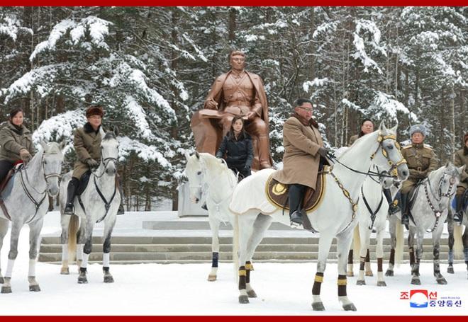 Chủ tịch Kim Jong Un và phu nhân cưỡi bạch mã đạp trên tuyết trắng, KCNA ca ngợi: Lưu lại dấu chân thiêng liêng - Ảnh 6.