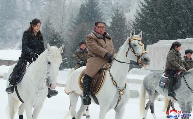 Chủ tịch Kim Jong Un và phu nhân cưỡi bạch mã đạp trên tuyết trắng, KCNA ca ngợi: Lưu lại dấu chân thiêng liêng