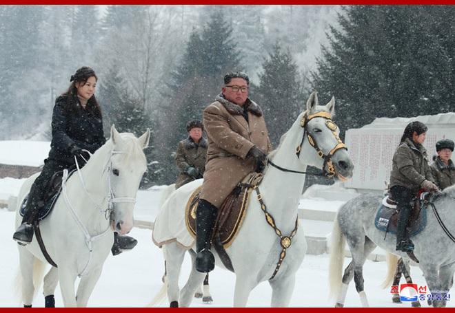 Chủ tịch Kim Jong Un và phu nhân cưỡi bạch mã đạp trên tuyết trắng, KCNA ca ngợi: Lưu lại dấu chân thiêng liêng - Ảnh 7.