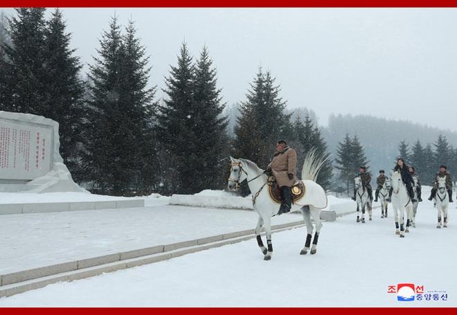 Chủ tịch Kim Jong Un và phu nhân cưỡi bạch mã đạp trên tuyết trắng, KCNA ca ngợi: Lưu lại dấu chân thiêng liêng - Ảnh 8.