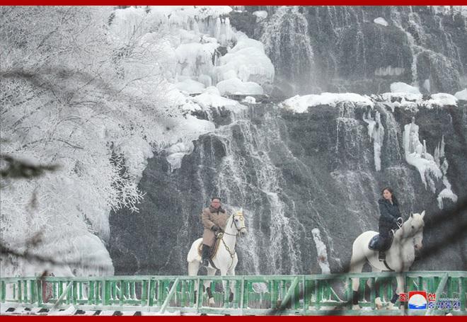 Chủ tịch Kim Jong Un và phu nhân cưỡi bạch mã đạp trên tuyết trắng, KCNA ca ngợi: Lưu lại dấu chân thiêng liêng - Ảnh 9.