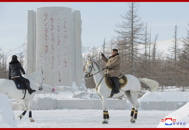 Chủ tịch Kim Jong Un và phu nhân cưỡi bạch mã đạp trên tuyết trắng, KCNA ca ngợi: Lưu lại dấu chân thiêng liêng - Ảnh 10.