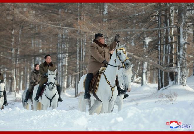 Chủ tịch Kim Jong Un và phu nhân cưỡi bạch mã đạp trên tuyết trắng, KCNA ca ngợi: Lưu lại dấu chân thiêng liêng - Ảnh 11.