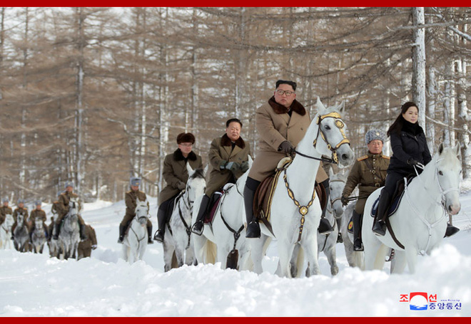 Chủ tịch Kim Jong Un và phu nhân cưỡi bạch mã đạp trên tuyết trắng, KCNA ca ngợi: Lưu lại dấu chân thiêng liêng - Ảnh 12.