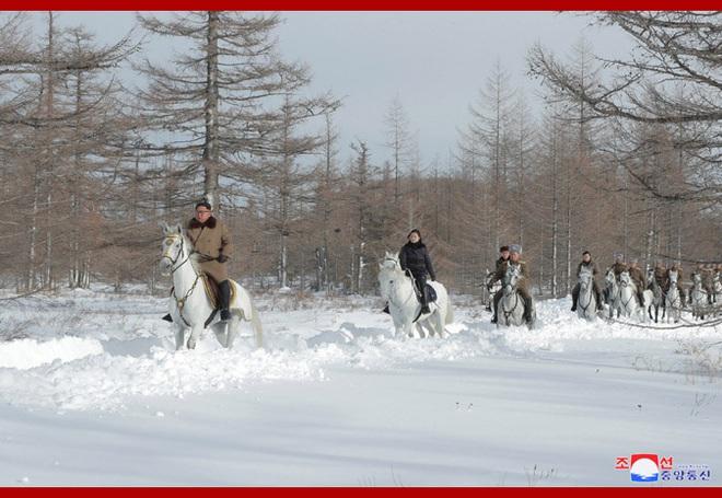 Chủ tịch Kim Jong Un và phu nhân cưỡi bạch mã đạp trên tuyết trắng, KCNA ca ngợi: Lưu lại dấu chân thiêng liêng - Ảnh 13.