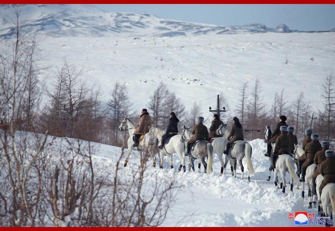 Chủ tịch Kim Jong Un và phu nhân cưỡi bạch mã đạp trên tuyết trắng, KCNA ca ngợi: Lưu lại dấu chân thiêng liêng - Ảnh 14.