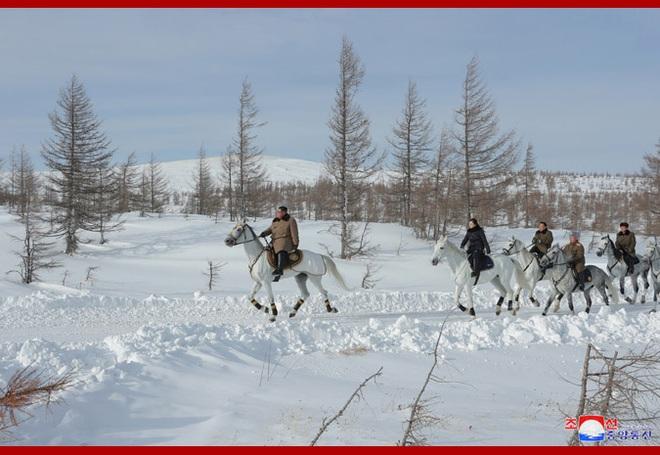 Chủ tịch Kim Jong Un và phu nhân cưỡi bạch mã đạp trên tuyết trắng, KCNA ca ngợi: Lưu lại dấu chân thiêng liêng - Ảnh 15.