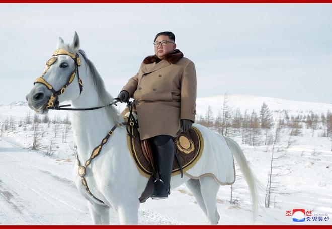 Chủ tịch Kim Jong Un và phu nhân cưỡi bạch mã đạp trên tuyết trắng, KCNA ca ngợi: Lưu lại dấu chân thiêng liêng - Ảnh 16.
