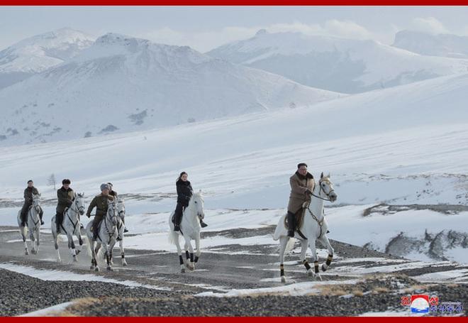 Chủ tịch Kim Jong Un và phu nhân cưỡi bạch mã đạp trên tuyết trắng, KCNA ca ngợi: Lưu lại dấu chân thiêng liêng - Ảnh 17.
