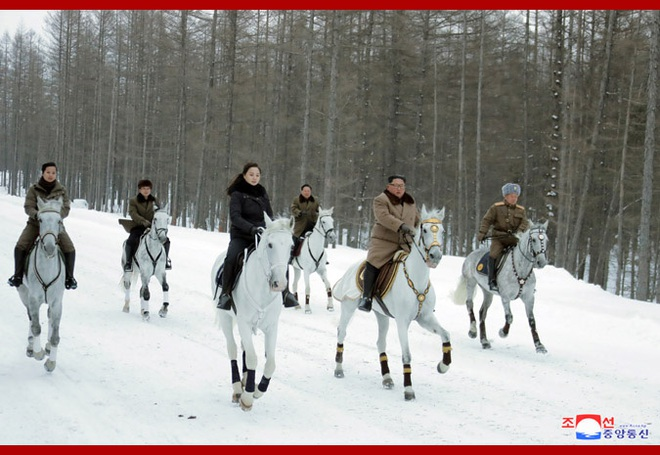 Chủ tịch Kim Jong Un và phu nhân cưỡi bạch mã đạp trên tuyết trắng, KCNA ca ngợi: Lưu lại dấu chân thiêng liêng - Ảnh 18.