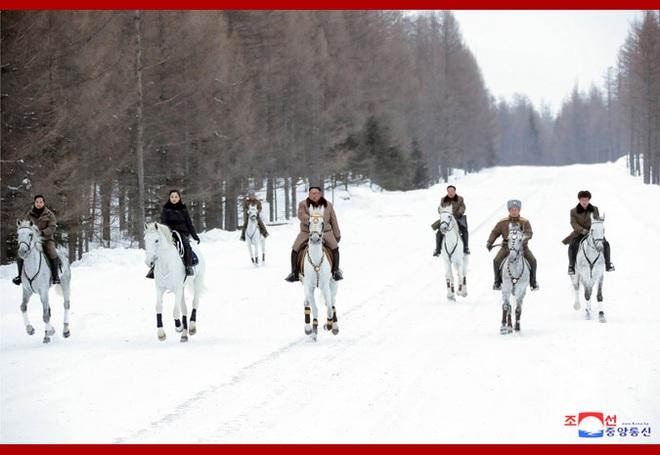 Chủ tịch Kim Jong Un và phu nhân cưỡi bạch mã đạp trên tuyết trắng, KCNA ca ngợi: Lưu lại dấu chân thiêng liêng - Ảnh 19.