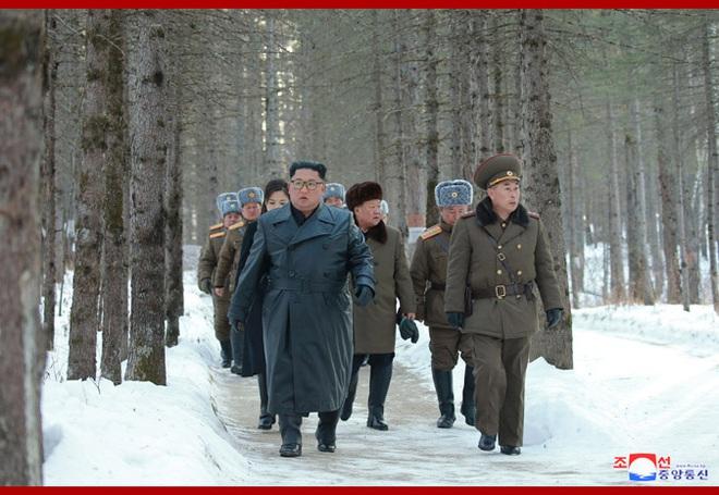 Chủ tịch Kim Jong Un và phu nhân cưỡi bạch mã đạp trên tuyết trắng, KCNA ca ngợi: Lưu lại dấu chân thiêng liêng - Ảnh 24.