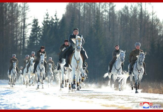 Chủ tịch Kim Jong Un và phu nhân cưỡi bạch mã đạp trên tuyết trắng, KCNA ca ngợi: Lưu lại dấu chân thiêng liêng - Ảnh 20.