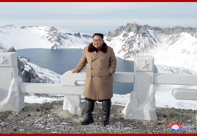 Chủ tịch Kim Jong Un và phu nhân cưỡi bạch mã đạp trên tuyết trắng, KCNA ca ngợi: Lưu lại dấu chân thiêng liêng - Ảnh 25.