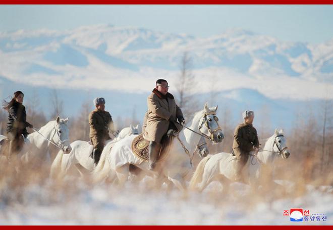Chủ tịch Kim Jong Un và phu nhân cưỡi bạch mã đạp trên tuyết trắng, KCNA ca ngợi: Lưu lại dấu chân thiêng liêng - Ảnh 22.