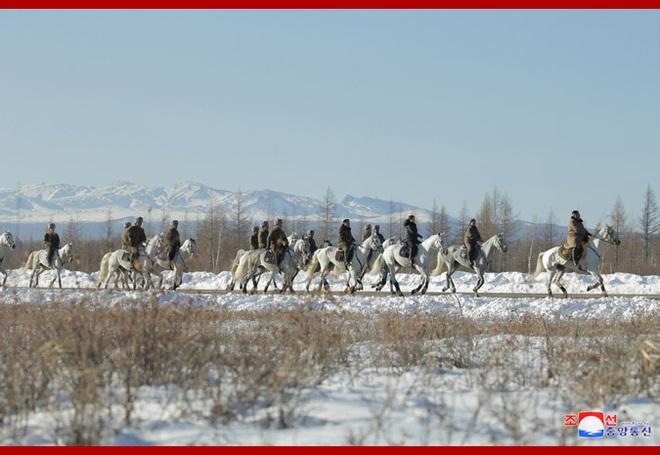 Chủ tịch Kim Jong Un và phu nhân cưỡi bạch mã đạp trên tuyết trắng, KCNA ca ngợi: Lưu lại dấu chân thiêng liêng - Ảnh 23.