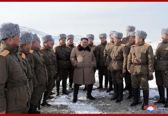 Chủ tịch Kim Jong Un và phu nhân cưỡi bạch mã đạp trên tuyết trắng, KCNA ca ngợi: Lưu lại dấu chân thiêng liêng - Ảnh 26.