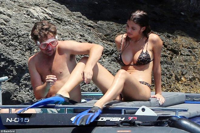 Bạn gái kém 23 tuổi của Leonardo DiCaprio khó chịu vì bị soi mói - Ảnh 2.