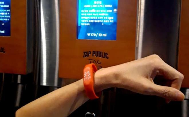 Quán nhậu tự phục vụ ở Seoul trang bị vòi bia công nghệ cao, tính tiền ngay trên cổ tay người uống - Ảnh 2.