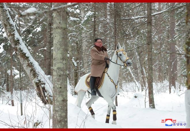 Chủ tịch Kim Jong Un và phu nhân cưỡi bạch mã đạp trên tuyết trắng, KCNA ca ngợi: Lưu lại dấu chân thiêng liêng - Ảnh 3.