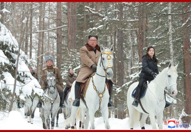 Chủ tịch Kim Jong Un và phu nhân cưỡi bạch mã đạp trên tuyết trắng, KCNA ca ngợi: Lưu lại dấu chân thiêng liêng - Ảnh 4.