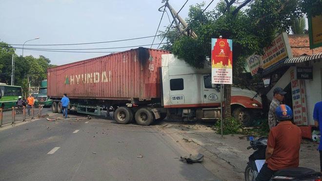 Xe container đâm đổ dải phân cách, lao vào đường ngược chiều, húc thẳng nhà dân - ảnh 1