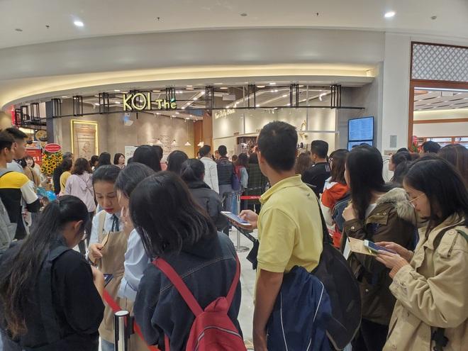 Vật vã xếp hàng cả tiếng đồng hồ để mua trà sữa KOI Thé đầu tiên tại Hà Nội - Ảnh 1.