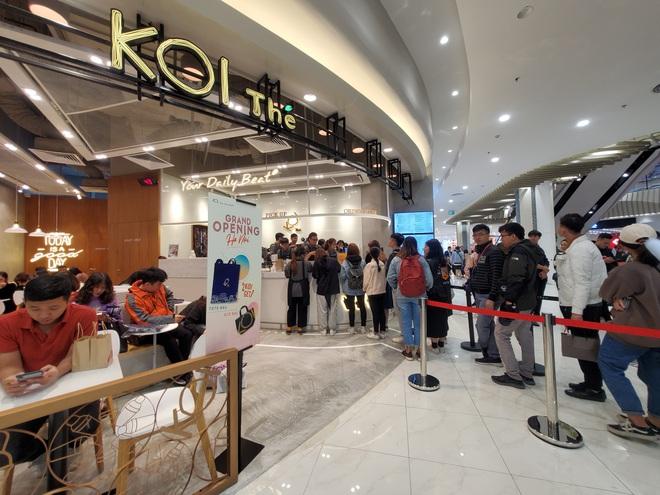 Vật vã xếp hàng cả tiếng đồng hồ để mua trà sữa KOI Thé đầu tiên tại Hà Nội - Ảnh 2.