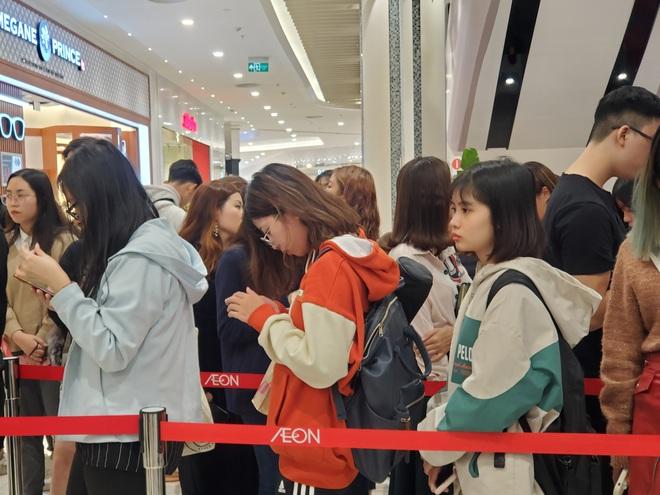 Vật vã xếp hàng cả tiếng đồng hồ để mua trà sữa KOI Thé đầu tiên tại Hà Nội - Ảnh 3.