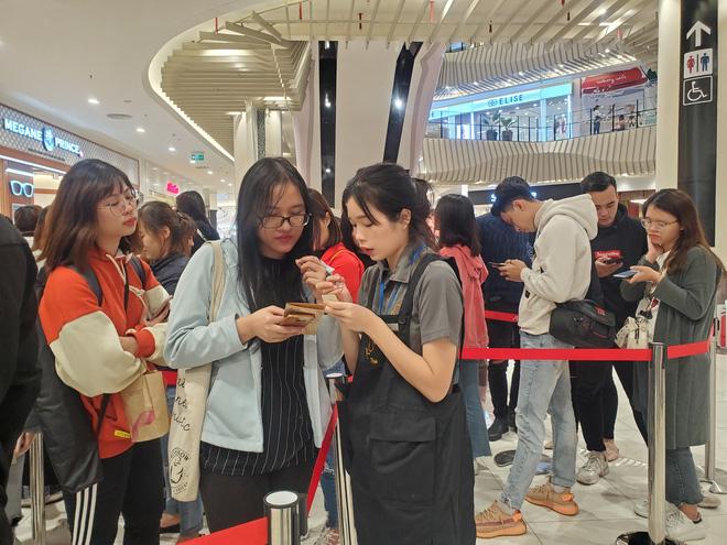 Vật vã xếp hàng cả tiếng đồng hồ để mua trà sữa KOI Thé đầu tiên tại Hà Nội - Ảnh 6.