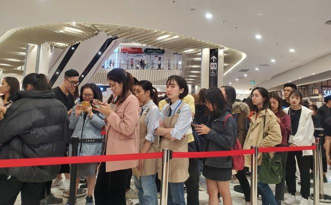 Vật vã xếp hàng cả tiếng đồng hồ để mua trà sữa KOI Thé đầu tiên tại Hà Nội