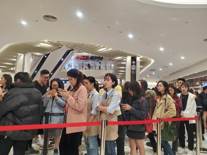 Vật vã xếp hàng cả tiếng đồng hồ để mua trà sữa KOI Thé đầu tiên tại Hà Nội - Ảnh 7.