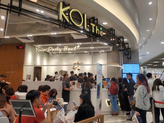 Vật vã xếp hàng cả tiếng đồng hồ để mua trà sữa KOI Thé đầu tiên tại Hà Nội - Ảnh 8.
